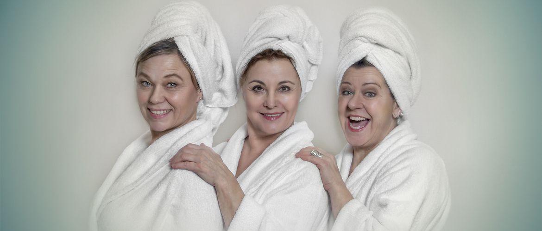Modne damer i badekåbe